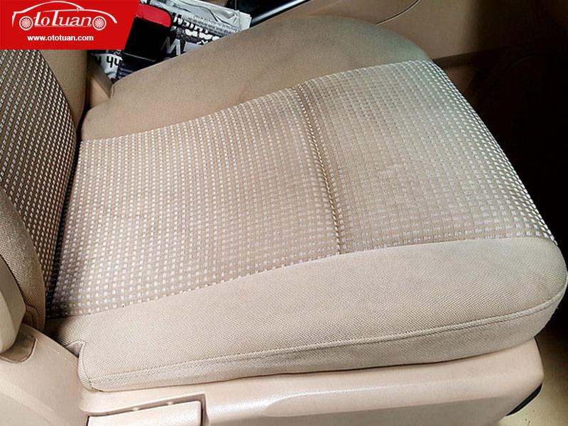 ghế nỉ trên ô tô dính vệt nước